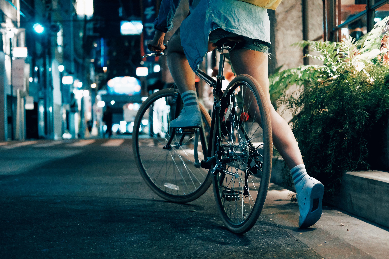 自転車に乗る女性の写真