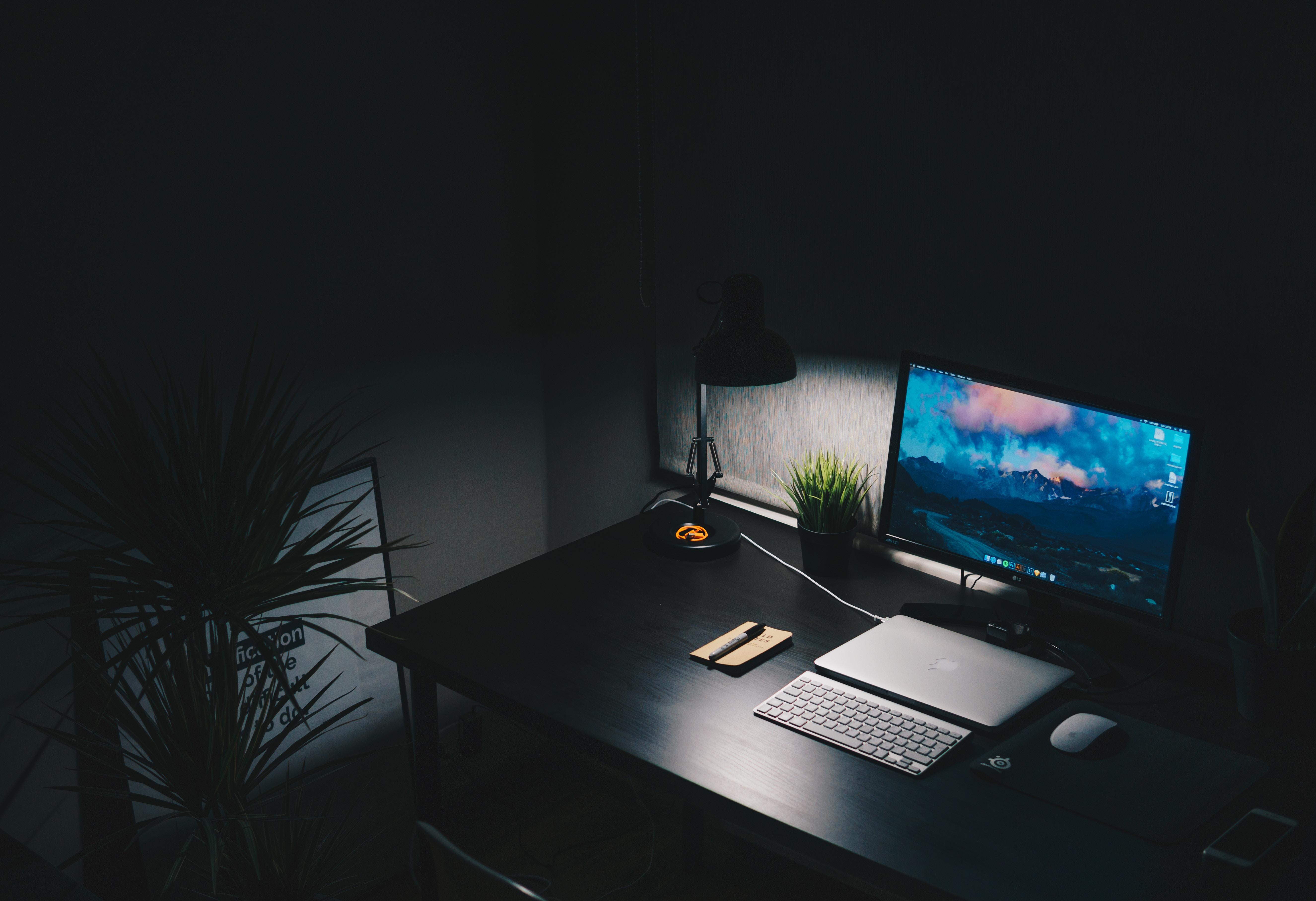 暗闇にパソコンが光っている