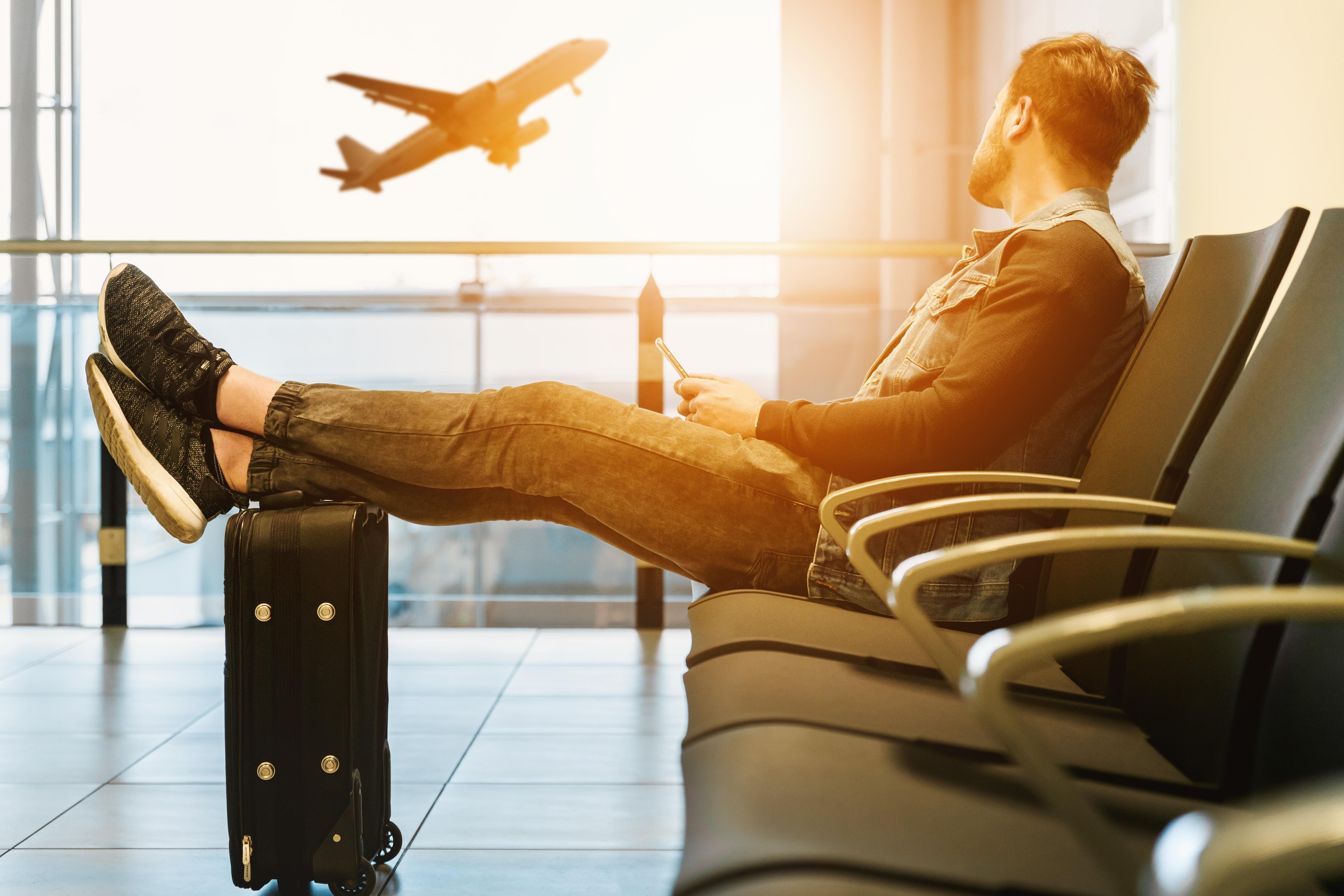 スーツケースと男と夕焼け