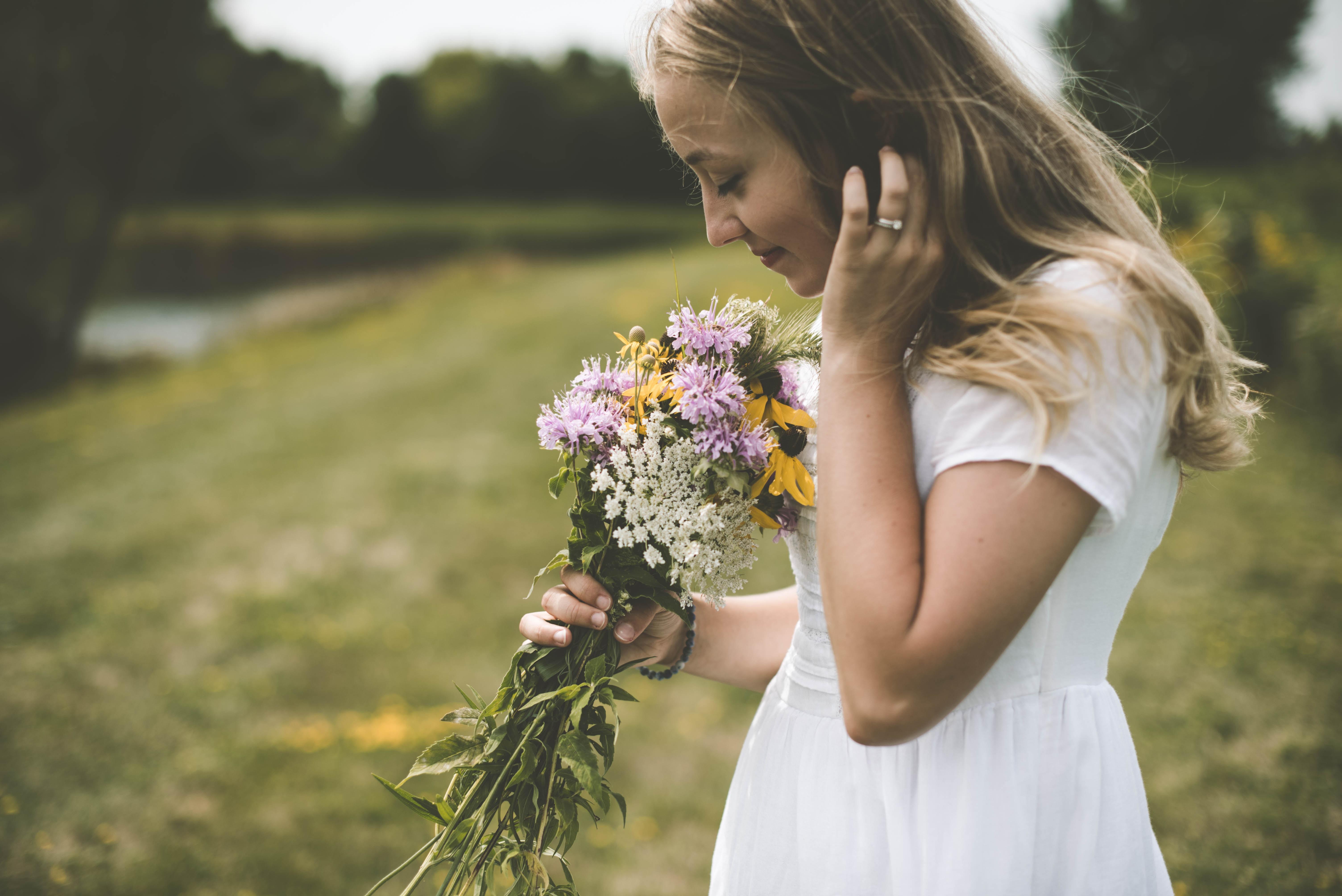 花の香りをかぐ女子