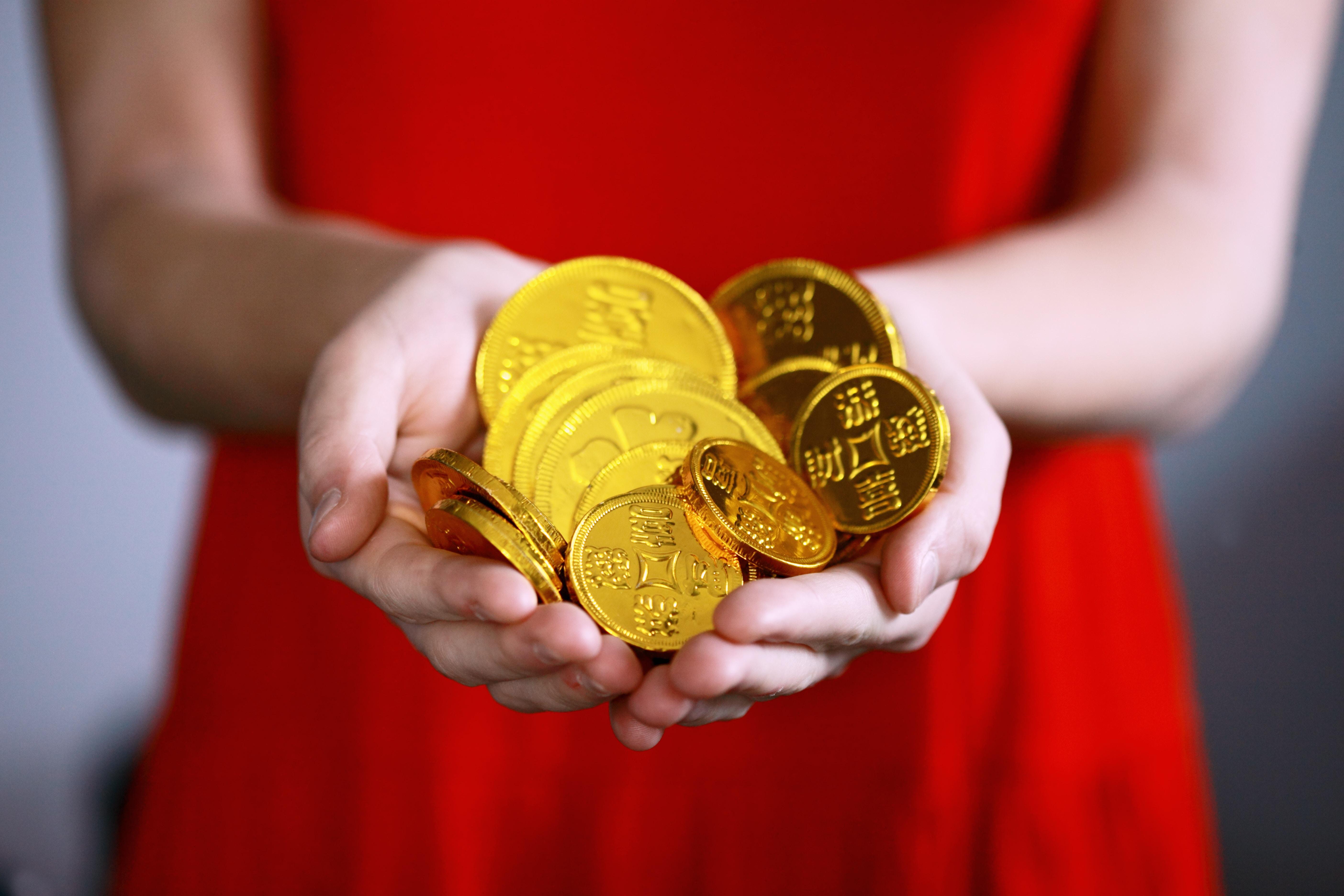 手に小銭を持つ少女
