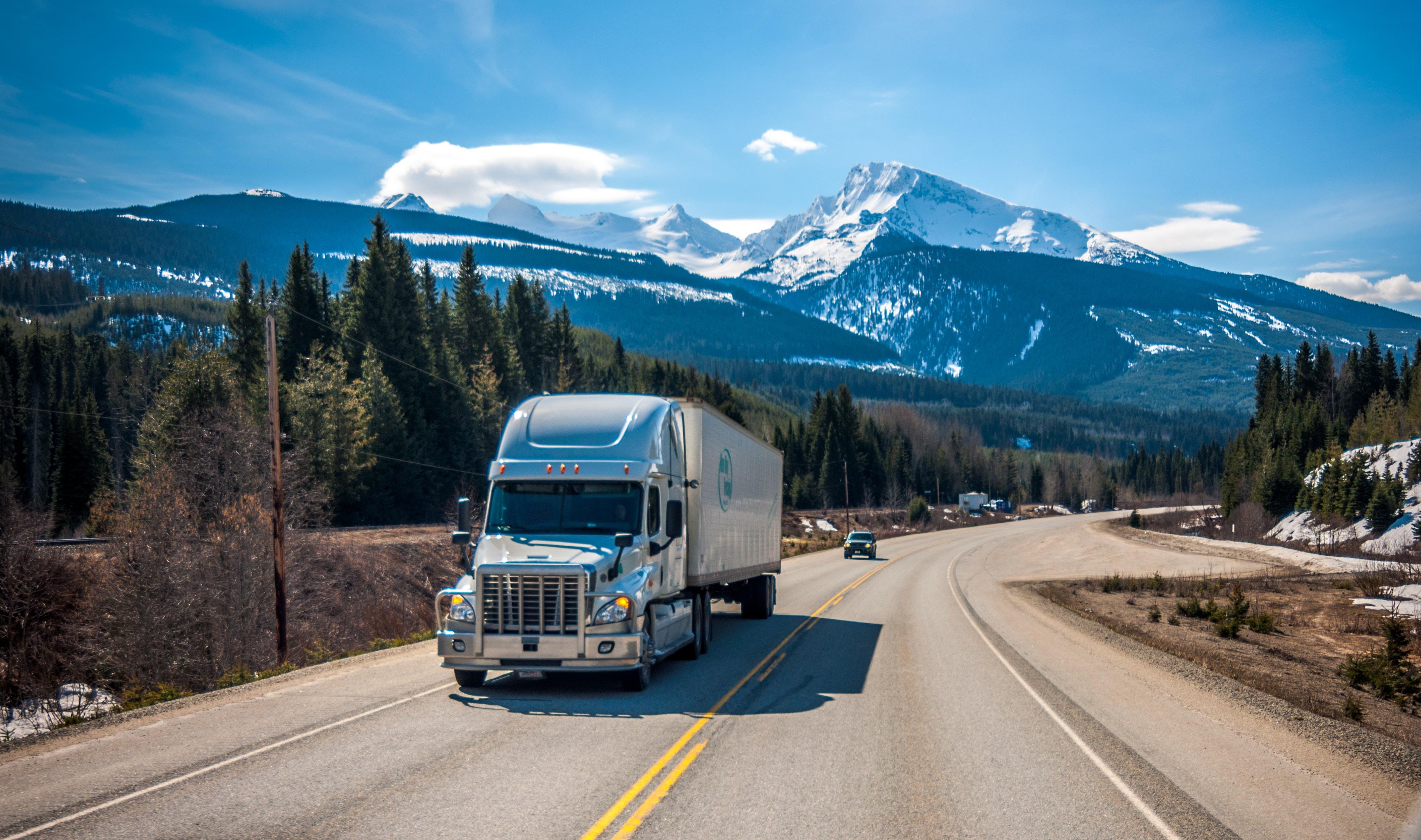 物を運ぶトラック