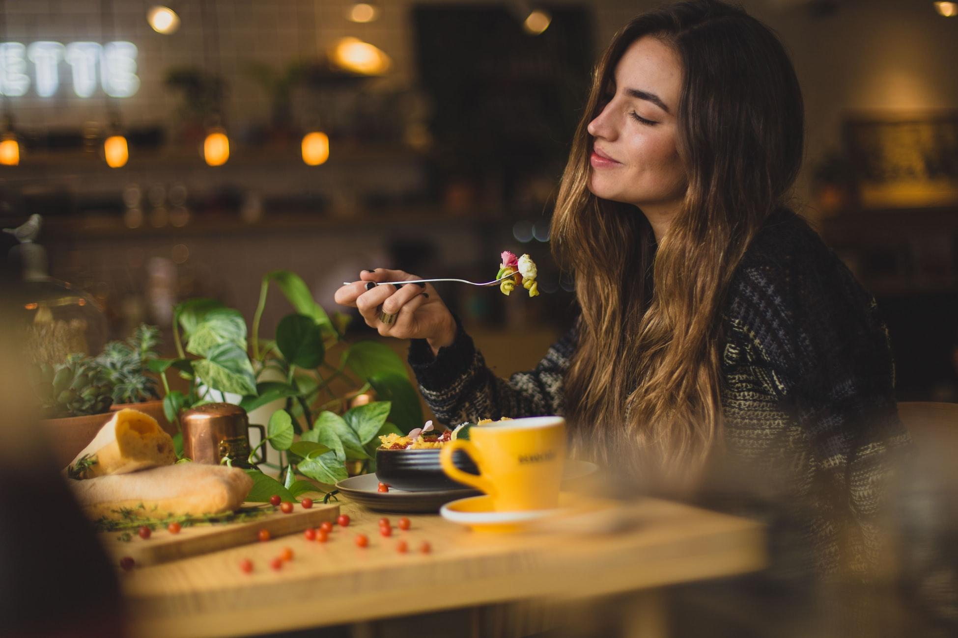 一人で飯を食う女性