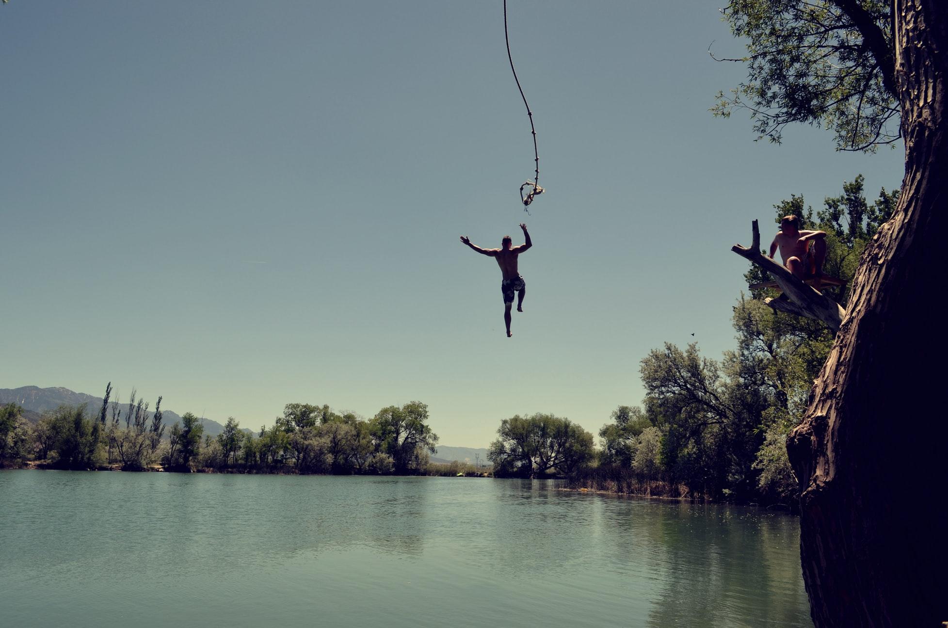 池の中に大ジャンプ